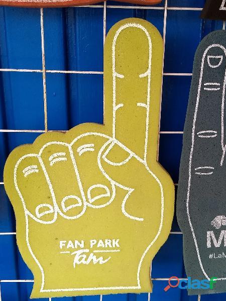 Manos gigantes hechas en fomi con logos