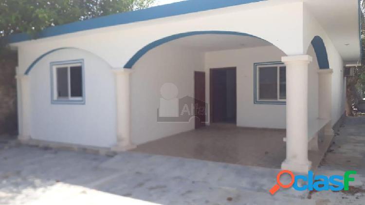 Casa en venta en la playa de sisal, 2 fila, 300m de la playa, 3 recamaras, 2 baños.