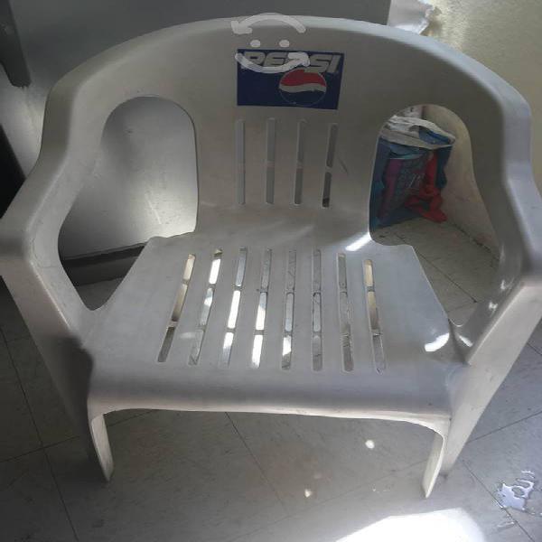 4 sillas de plástico y mesa de madera