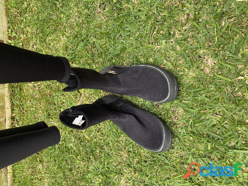 Traje de buceo dos piezas con las botas de buceo. 1