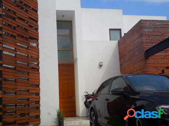 Moderna casa sola estilo minimalista en vista hermosa