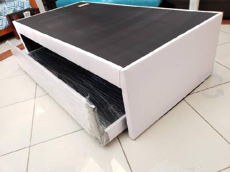 Cama doble tapizada en vinipiel blanca