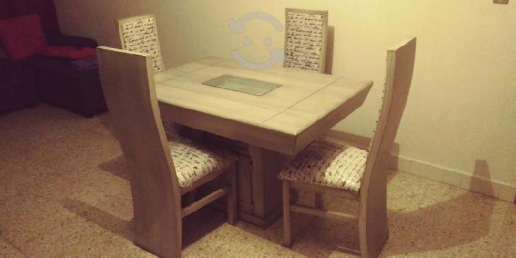 Comedor con cuatro sillas color gris