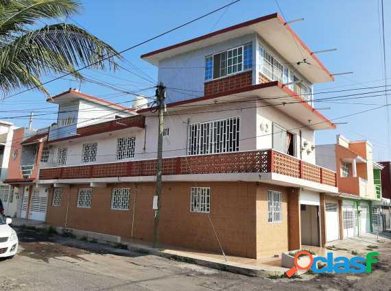 Se vende casa tres niveles en el coyol