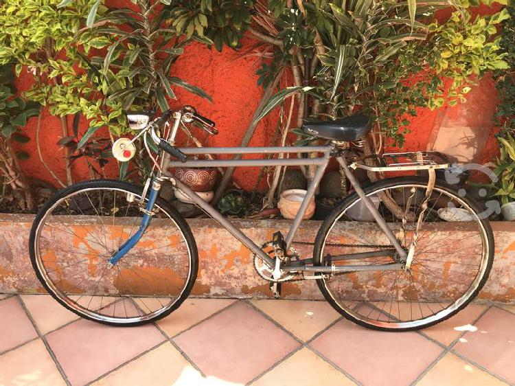 Bicicleta turismo r28 rodando