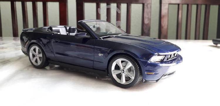 Mustang 2010 azul a escala 1/18