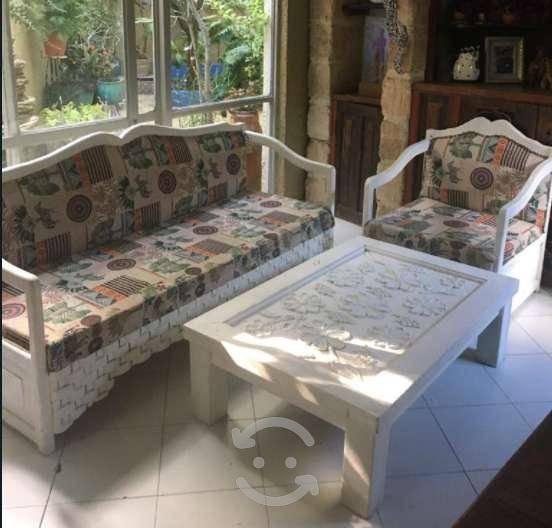 Sala colonial con mesa de madera solida labrada