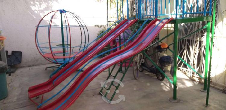 Juegos infantiles, resbaladillas y rueda giratoria