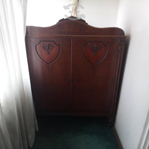 Ropero antiguo de madera fina bien conservado