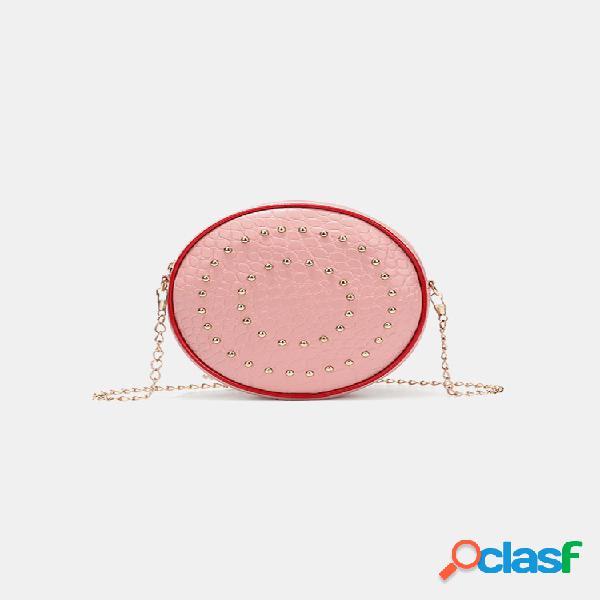 Mujer bandolera informal con cadenas de remaches redondos bolsa