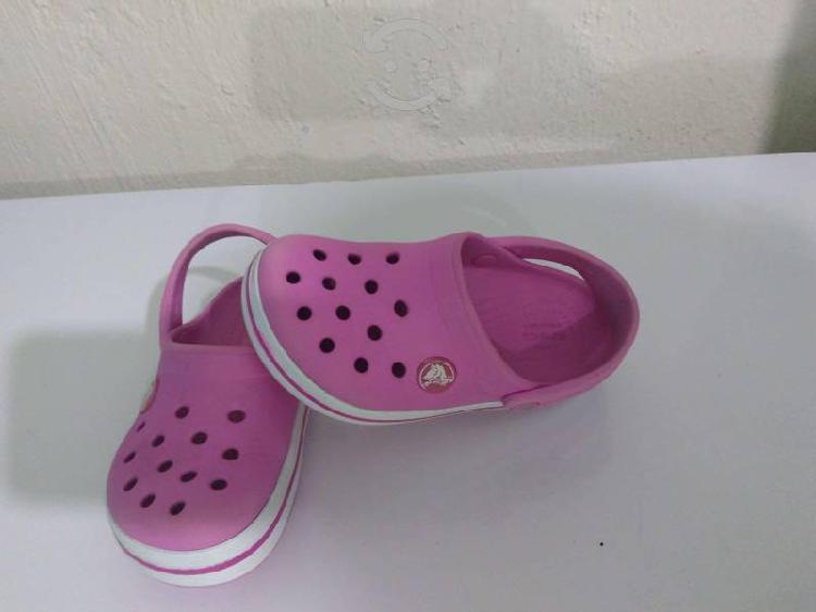 """Sandalias crocs color rosa """"originales"""" costó $799"""