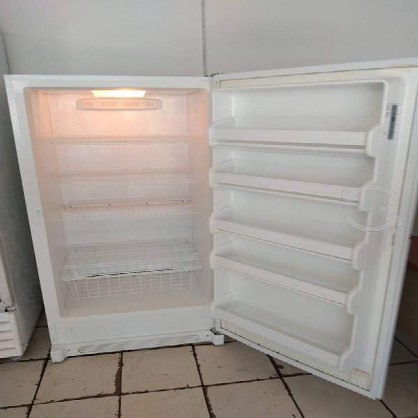 Congelador vertical de 1.70 de alto seminuevo