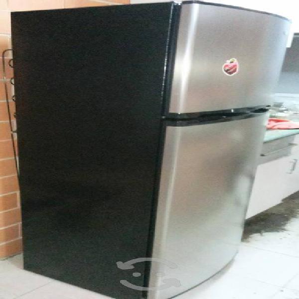 Línea whirlpool impecable refrigerador. $4,000.00