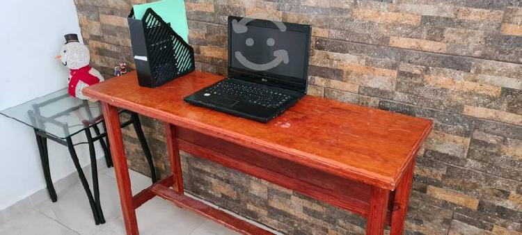 Bonito escritorio de madera