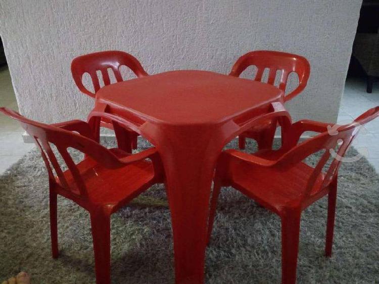Mesita infantil con 4 sillas color rojo seminueva