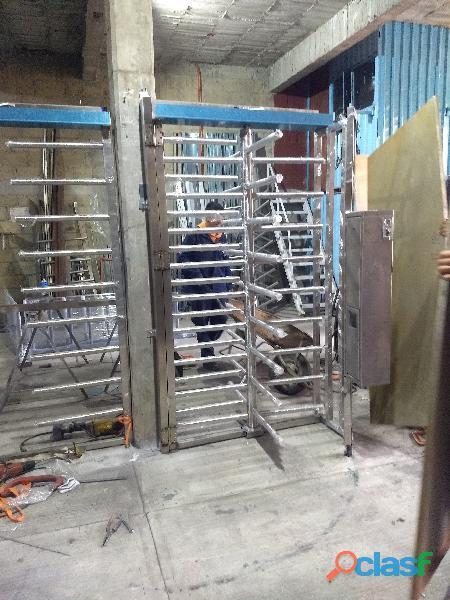 Puerta giratoria abatible con sistema de cobro.