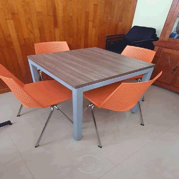 Antecomedor con sillas de color naranja