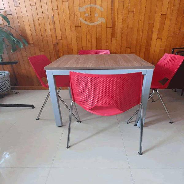 Antecomedor con sillas de color rojo