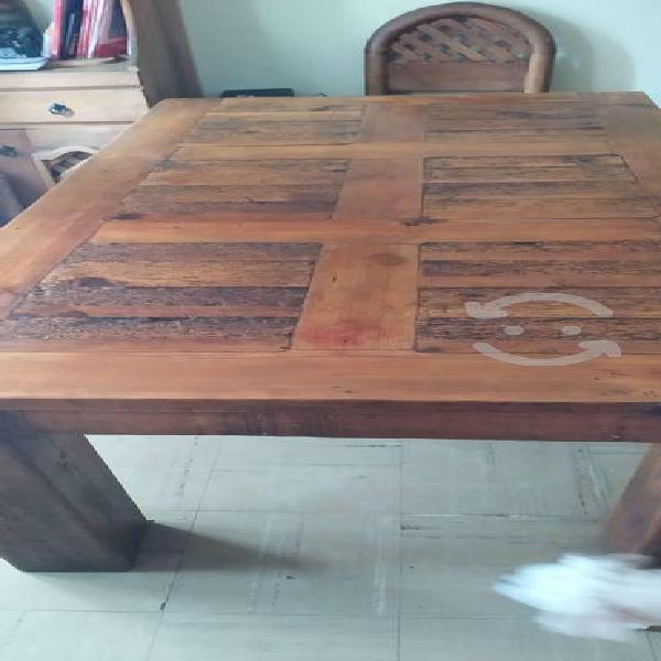 Mesa de madera antigua gruesa