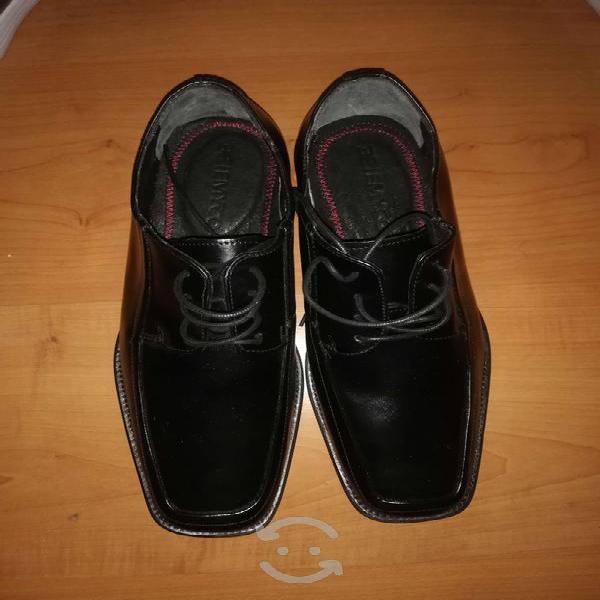 Se vende zapatos de vestir