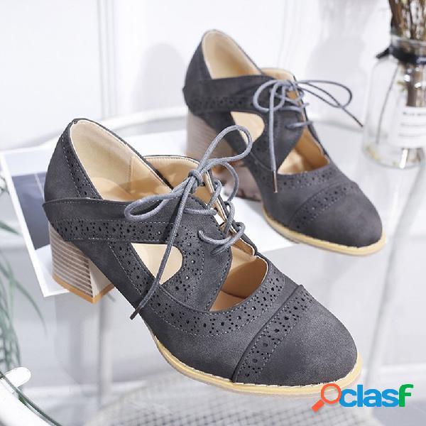 Zapatos de tacón grueso tallados brogue
