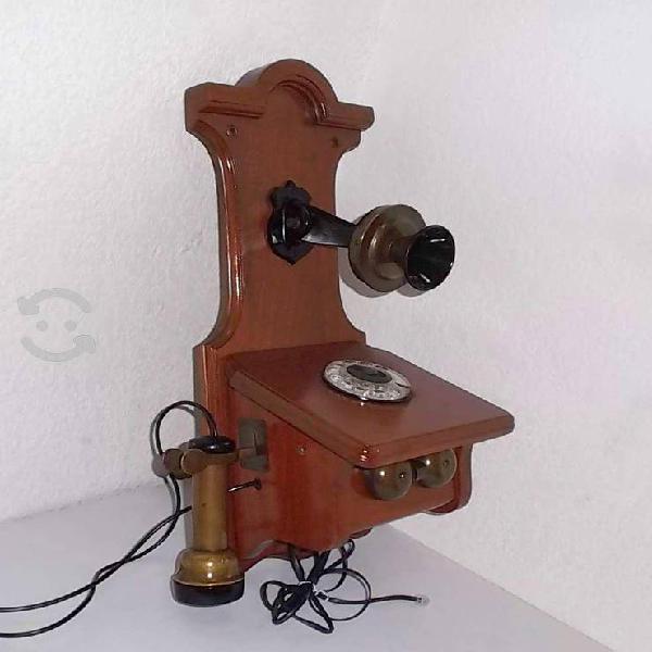 Antiguo teléfono de pared estilo rural funcionando