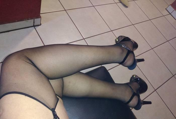 Samantha super caliente me encanta ponerme medias y ligueros