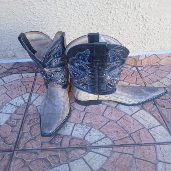 Botas de piel de vibora de carunga.