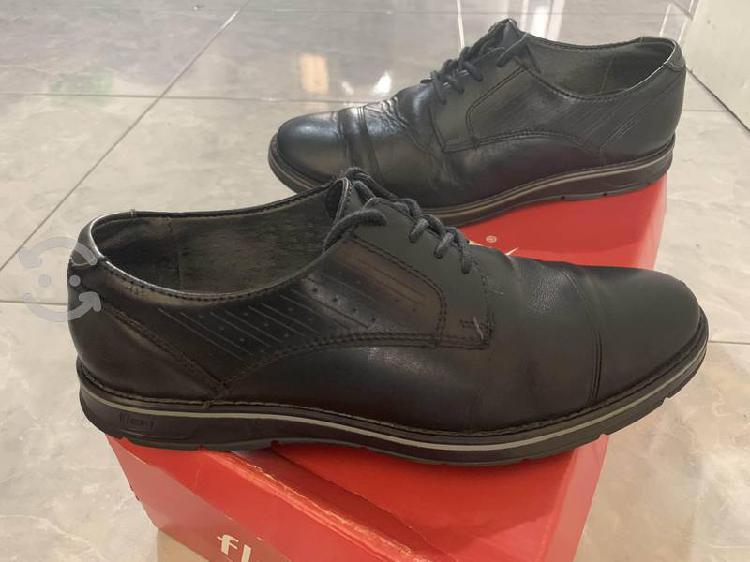 Zapato negro en piel marca flexi