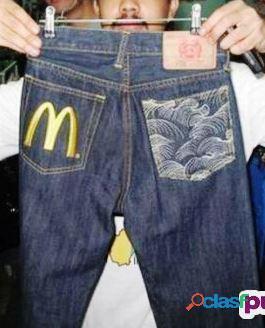 Pantalones y camisas con su publicidad impresa varios colores