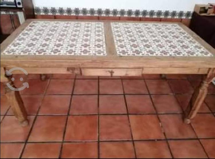 Mesa rústica con azulejo tipo talavera