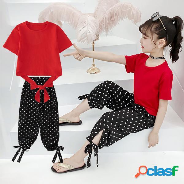 Las niñas usan correas en la espalda con un par de pantalones y se adaptan al estilo de las niñas en la temporada de moda para niños grandes