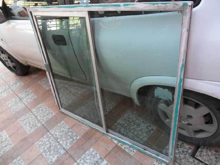 Ventana aluminio vidrio algo opaco $600,1x1.20mts