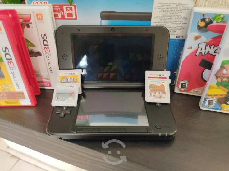Nintendo 3ds xl con 4 juegos sin detalles