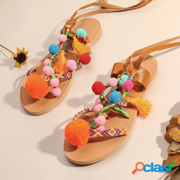 Mujer pierna de lazo con decoración de borla colorful pom pom decor plano sandalias