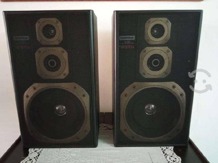 Bocinas de stereo color negro