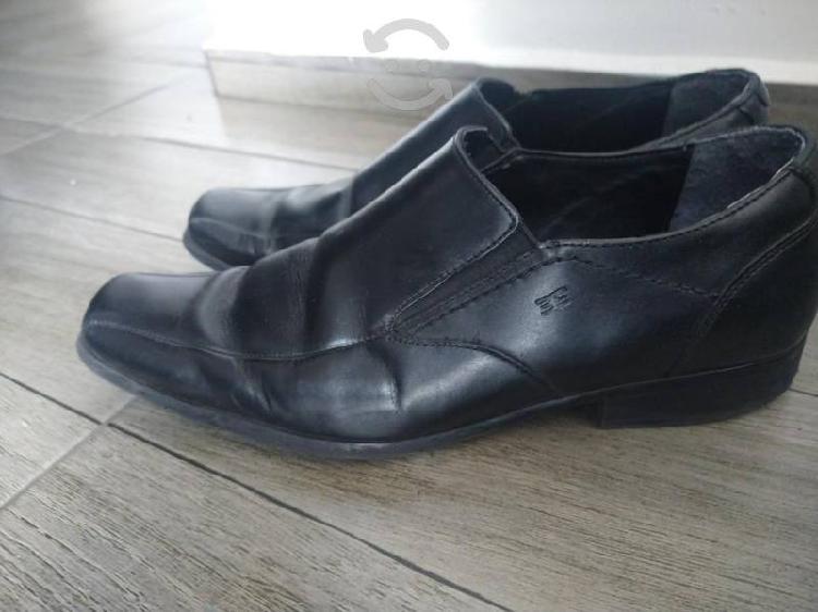 Zapatos de cuero.