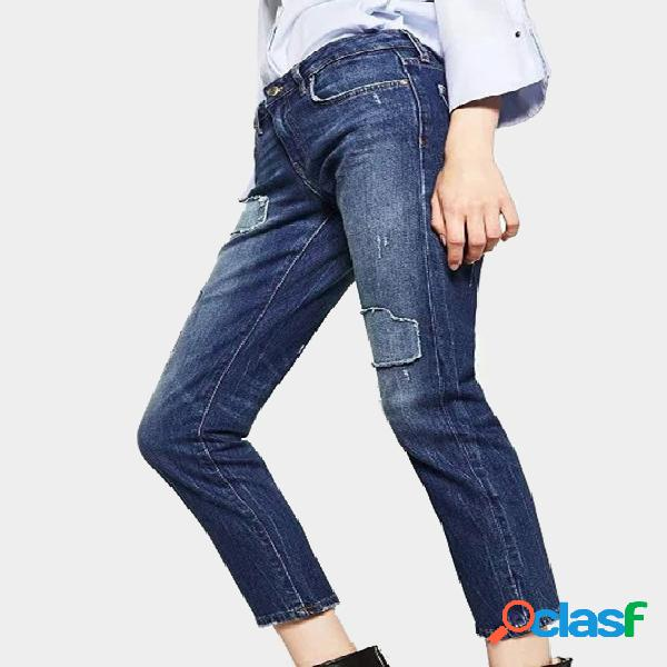 Jeans de talle medio con detalles rasgados