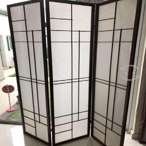 Biombo de madera con tela pantalla blanca