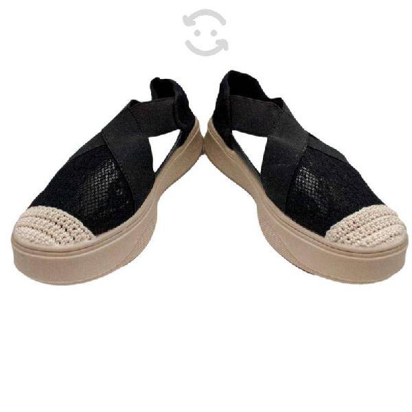 Zapatos de tejido negro. tacón plano de caucho.