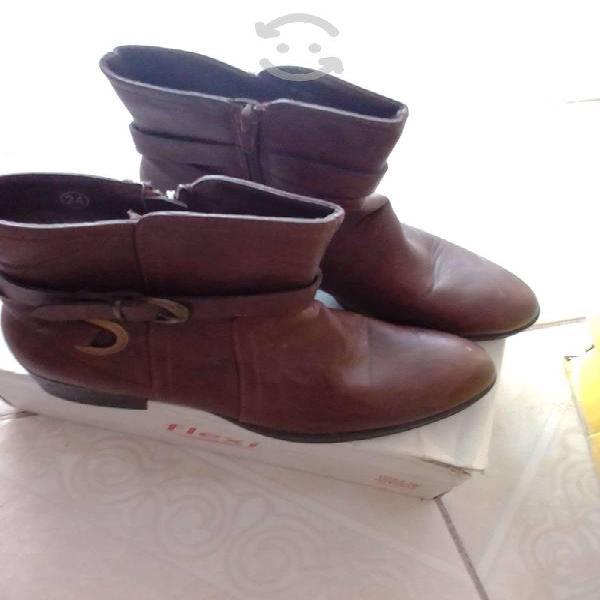Botas color cafe numero 4 y zapatillas #5.5