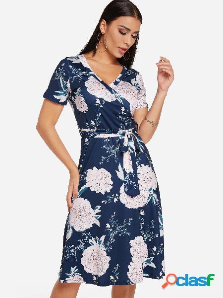 Vestido de cintura con diseño cruzado con estampado floral al azar en azul marino con cuello en v manga corta con cuello alto