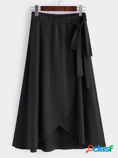 Faldas de dobladillo irregulares de cintura alta y corbata negra