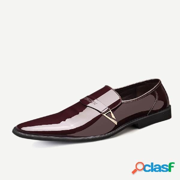 Hombres con hebilla de metal elegante resbalón en los zapatos formales de negocios vestido
