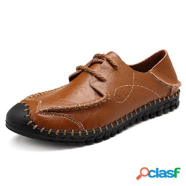 Zapatos de cuero cosidos a mano de la colisión de la mano de las mujeres de los hombres que cosen