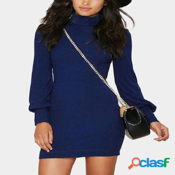 Vestido azul con cuello alto y mangas de linterna