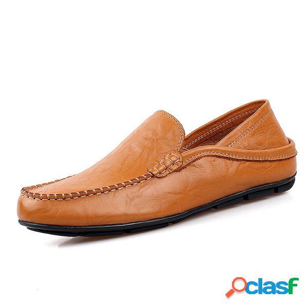Para los hombres doblados de dos vías que usan el resbalón de cuero en conducir los holgazanes de los zapatos