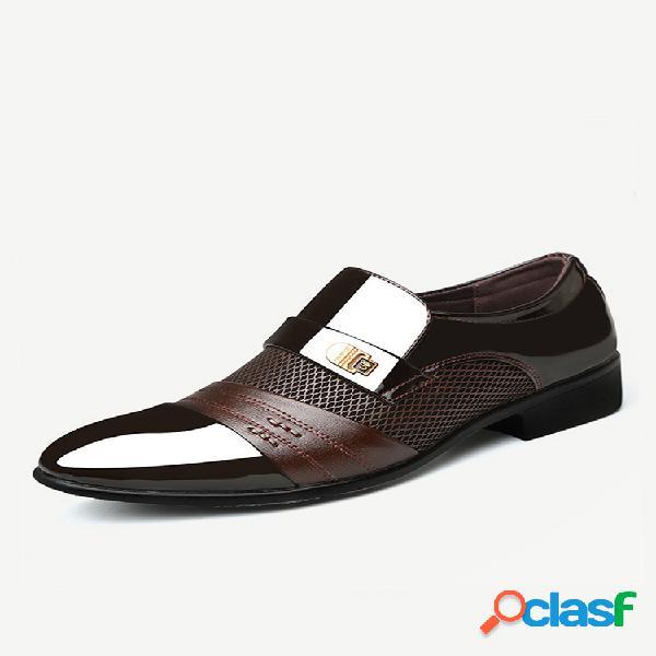 Zapatos de hombre de gran tamaño que empalman con estilo en los zapatos formales de negocios vestido