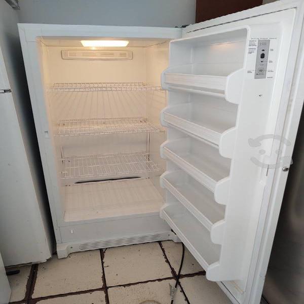 Congelador vertical de 1.55 de alto seminuevo