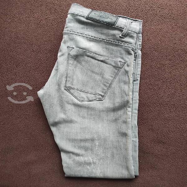 Pantalón gris tipo mezclilla talla 29